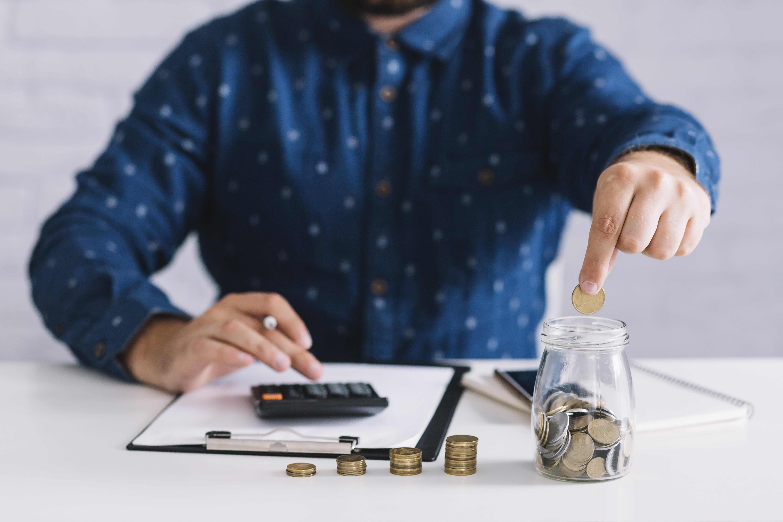 man met rekenmachine en geld 1